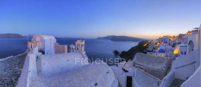 Panoramablick auf Oia Dorf bei Sonnenuntergang — Stockfoto