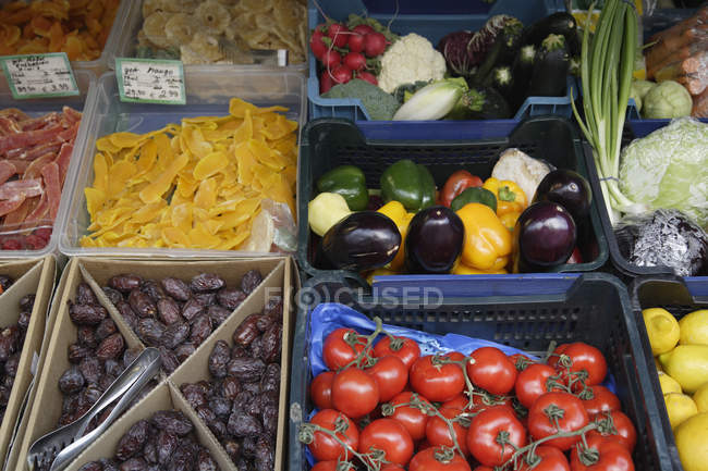 Germany, Bavaria, Munich, Vikrualienmarkt, Fruits and vegetables at market stall — Stock Photo