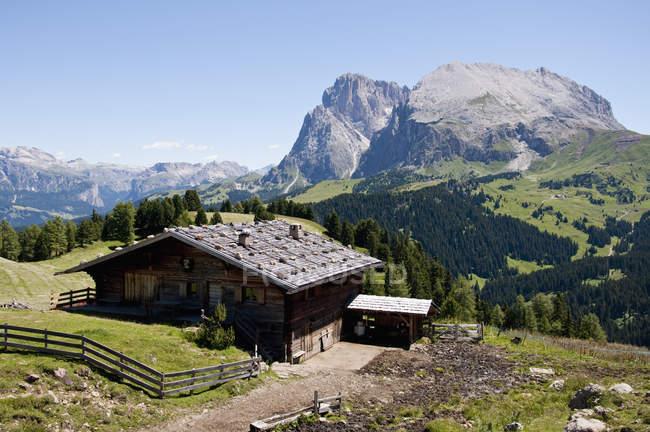 Montanhas de Langkofel e Plattkofel e cabana de madeira — Fotografia de Stock