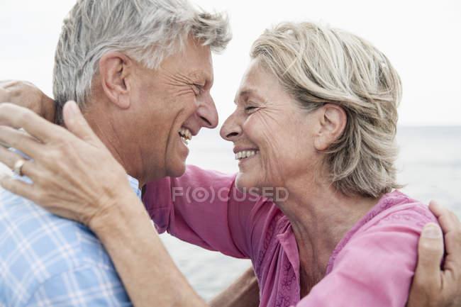 Старшая пара улыбается, закрывается — стоковое фото