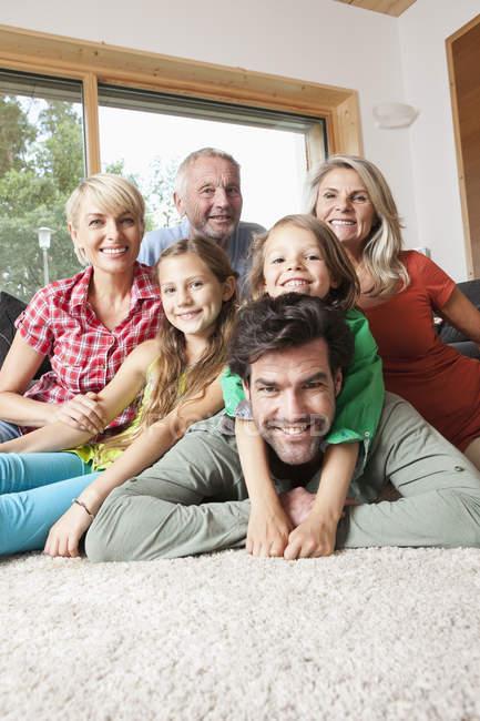 Porträt einer glücklichen kaukasischen Familie im Wohnzimmer — Stockfoto