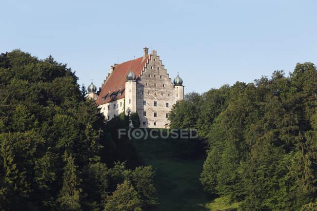 Castillo de Eggersberg en la colina - foto de stock