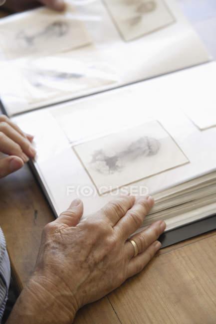 Старші жінки з фотоальбом — стокове фото