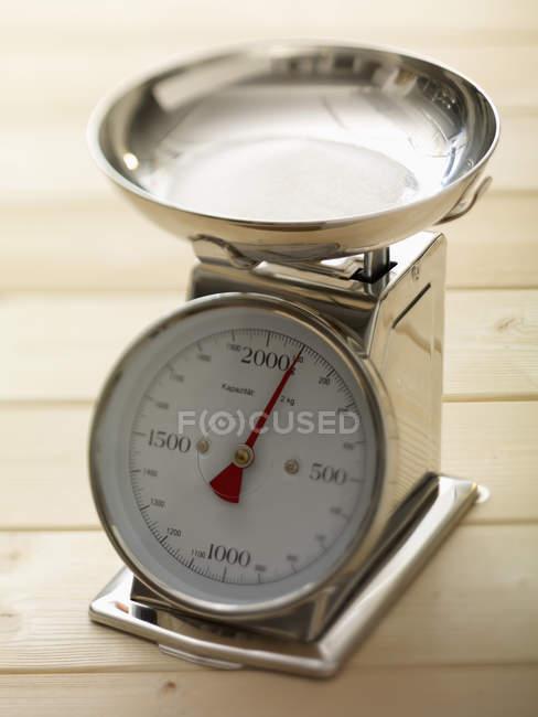 Primo piano della bilancia da cucina sulla tavola di legno — Foto stock
