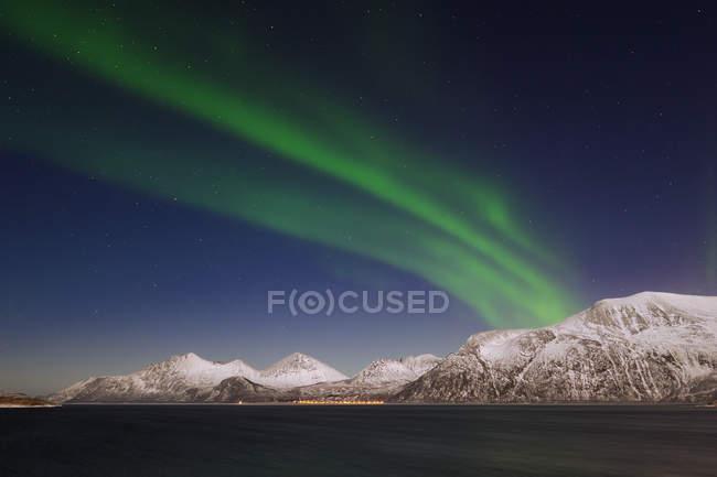 Aurora Borealis над горным массивом — стоковое фото