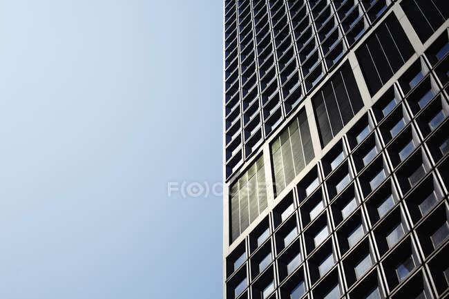 Перегляд висотних будівлі проти неба — стокове фото