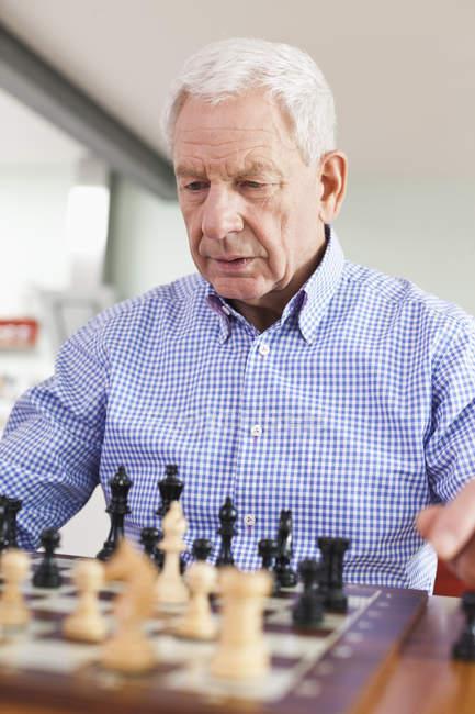 Homme jouant aux échecs — Photo de stock