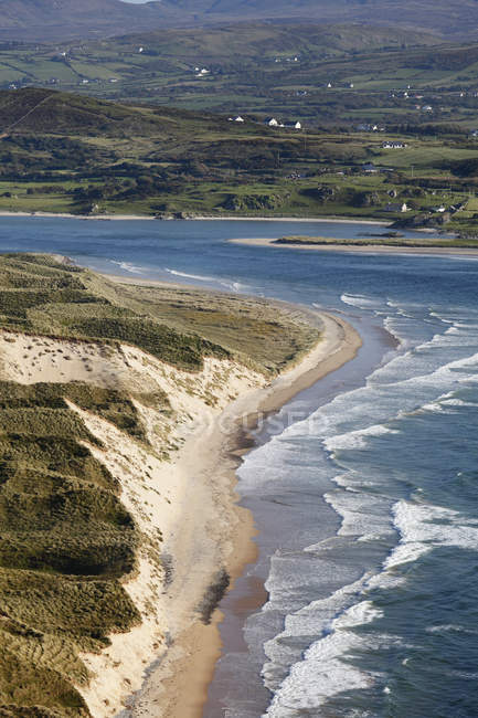 Irland, County Donegal, Blick auf fünf Finger Strang und Inishowen Halbinsel mit Trawbreaga Bay — Stockfoto