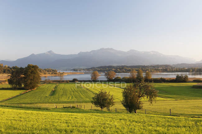 Allemagne, Bavière, Haute-Bavière, Chiemgau, paysage et montagnes avec le lac de Chiemsee — Photo de stock