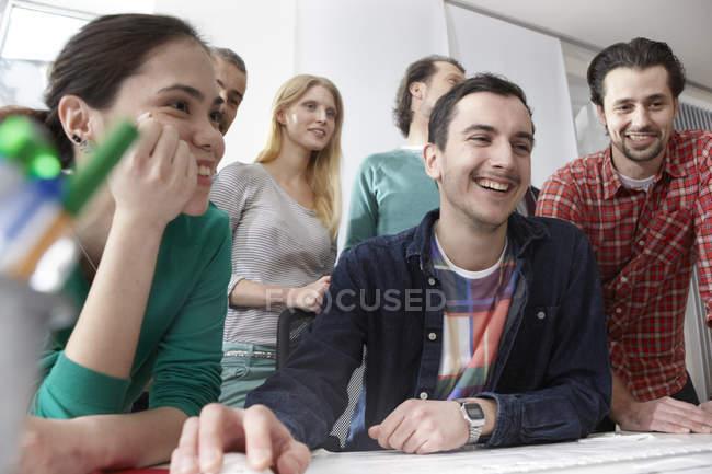 Männer und Frauen im modernen Büro — Stockfoto
