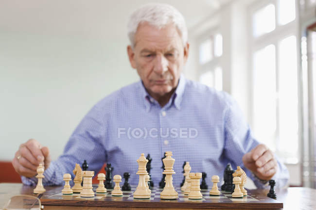 Senior man playing chess — Stock Photo