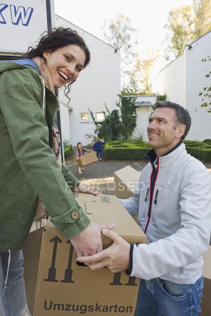 Caixas de carregamento de casal em caminhão, conceito de casa em movimento — Fotografia de Stock