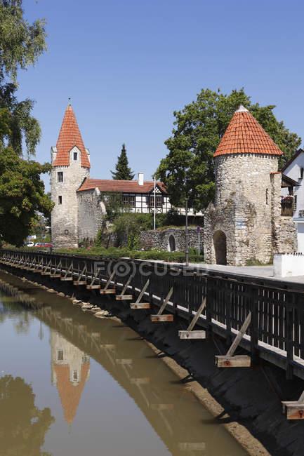 Río y Torre de Maderturm - foto de stock