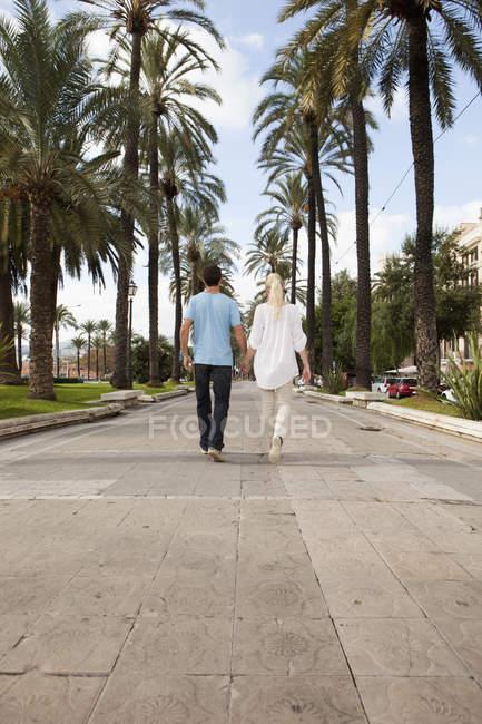 Espanha, Maiorca, Palma, Casal caminhando ao longo do beco — Fotografia de Stock