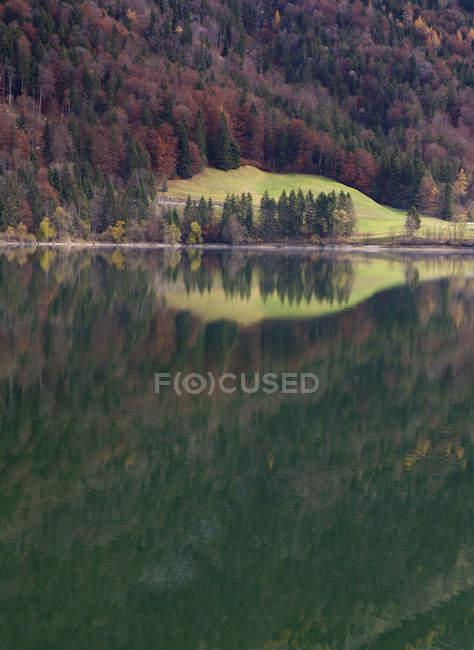 Autriche, Salzbourg, Vue sur le lac Hintersee en automne — Photo de stock
