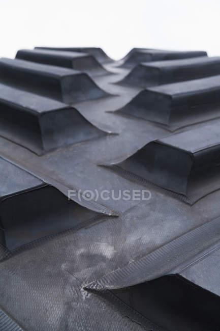 Nahaufnahme eines schwarzen Traktorrades mit Fokus auf den Vordergrund — Stockfoto