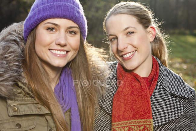 Retrato de la mujer sonriente Amigos al aire libre - foto de stock