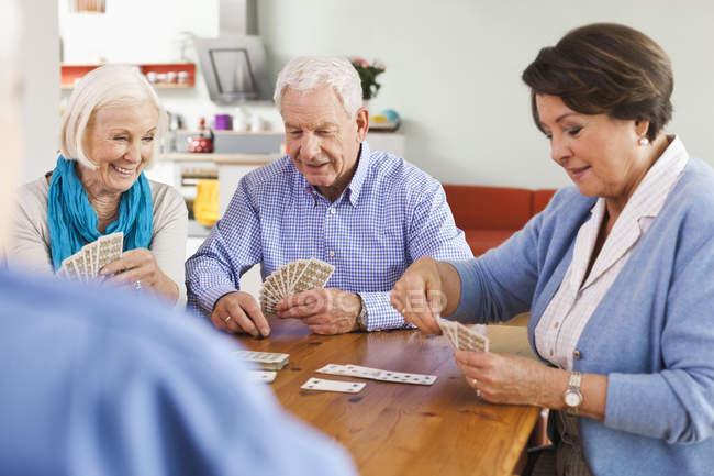 Старші чоловіки і жінки гральних карт — стокове фото