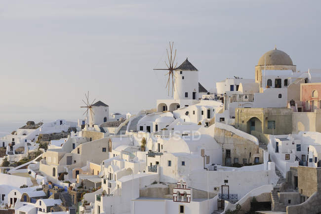Windmühle in traditionelles griechisches Dorf Oia — Stockfoto