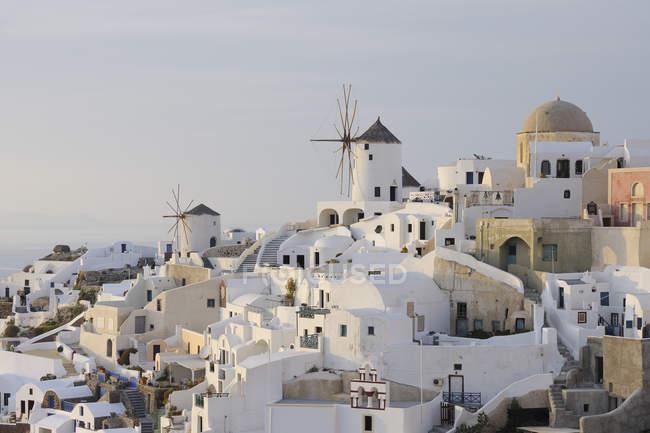 Moinho de vento na aldeia tradicional grego Oia — Fotografia de Stock