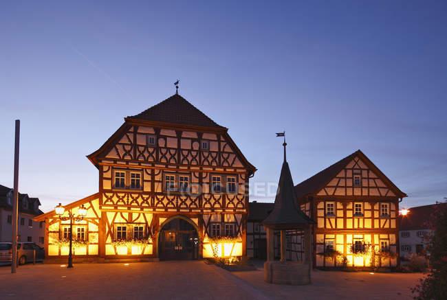 Hôtel de ville illuminé à la tombée de la nuit — Photo de stock