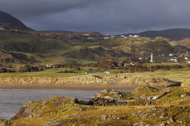 Ирландии, графство Донегол, горы и живописные скалистые берега — стоковое фото