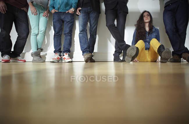 Чоловіки і жінки, стоячи і, сидячи на поверсі — Stock Photo