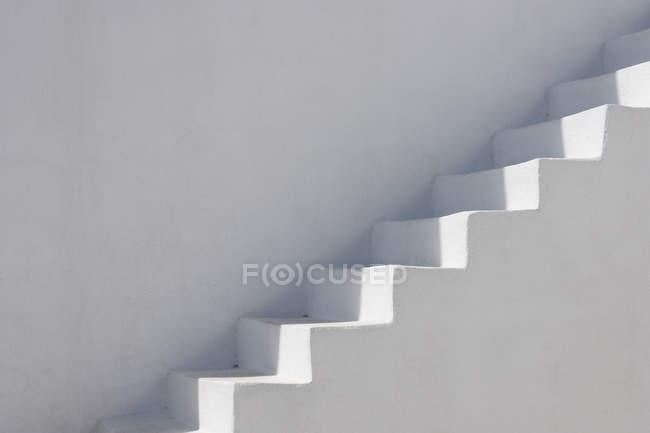 Вибілені фасад з сходами на Санторіні, Греція — стокове фото