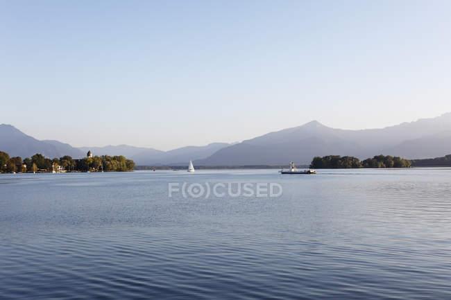 Allemagne, Bavière, Haute-Bavière, Chiemgau, Frauenchiemsee et Krautinsel île au lac Chiemsee — Photo de stock