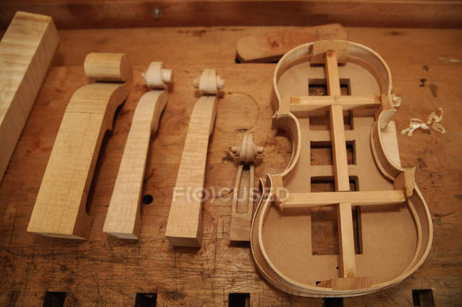 Violin and scroll shapes — Stock Photo