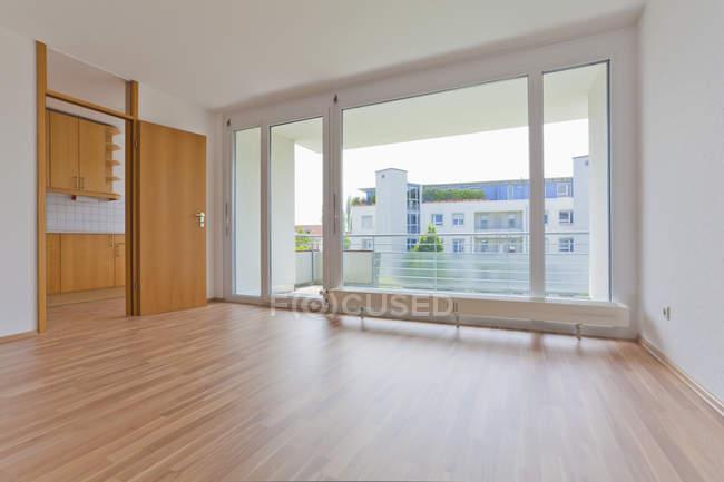 Interior de la vacía sala de estar con balcón - foto de stock