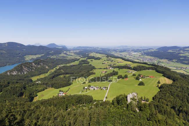 Austria, estado de Salzburgo, Salzkammergut, vista al lago Fuschlsee izquierdo, Castillo Wartenfels, Thalgau derecho - foto de stock