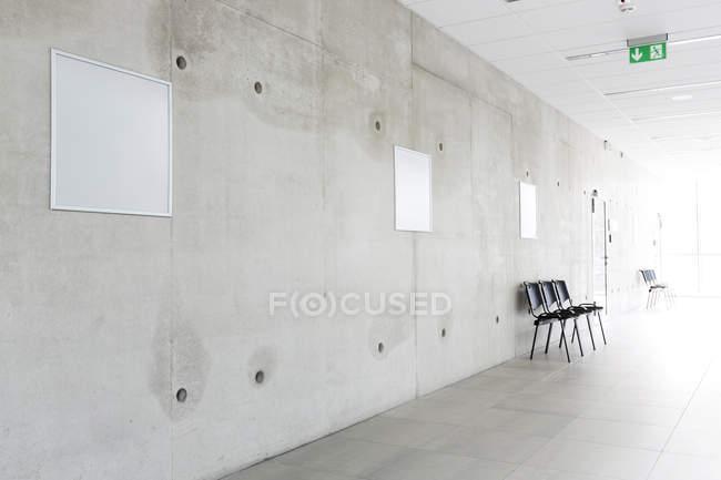 Sedie di Polonia, Varsavia, in un corridoio dell'Università tecnica — Foto stock