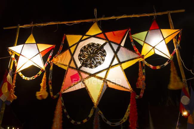 Laos, Luang Prabang, lanternas coloridas à noite — Fotografia de Stock