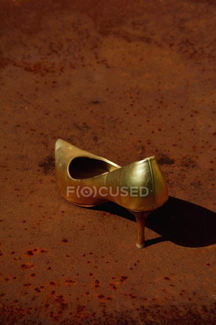 Золотые шпильки на ржавых таблицы — стоковое фото