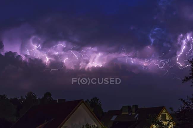 Alemanha, Hamburgo, céu noturno dramático em fortes trovoadas — Fotografia de Stock