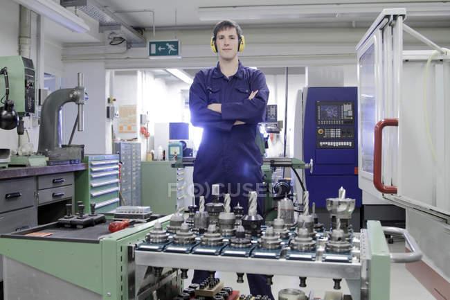 Mécanicien travaillant dans l'atelier d'artisanat — Photo de stock