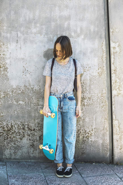 Young female skate boarder — Stock Photo