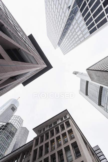 Alemania, Hesse, Frankfurt, ver fachadas de edificios de oficinas modernos desde abajo - foto de stock