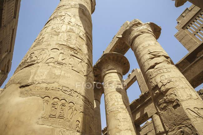 Єгипет, Луксор, колони з ієрогліфами храмі Карнак — стокове фото