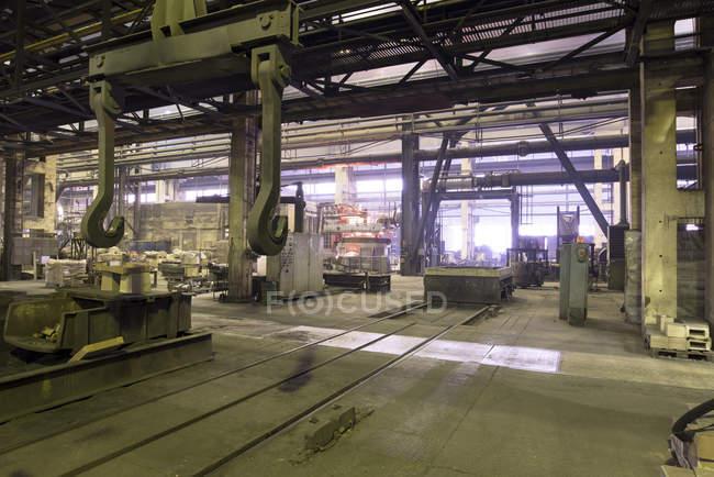 Innenraum der Gießerei mit Hochofen und Krane — Stockfoto