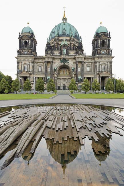 Deutschland, berlin, berliner dom spiegelt sich im brunnenwasser — Stockfoto