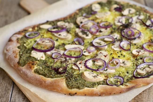 Rucola und Basilikum Pesto pizza — Stockfoto