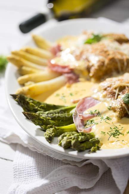 Asperges vertes et blanches en bacon et en crêpes avec sauce Hollandaise — Photo de stock