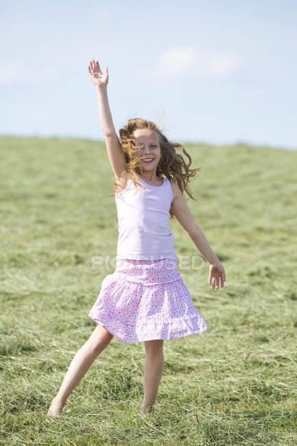 Милая молодая девушка на лугу с сеном — стоковое фото