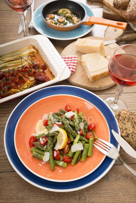 Різноманітні страви середземноморської низкоуглеводная над деревної поверхні — стокове фото