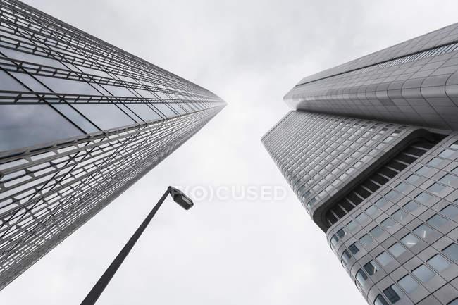 Alemania, Hesse, Frankfurt, ver fachadas de edificios de oficinas modernos Skyper y Torre de la plata desde abajo - foto de stock