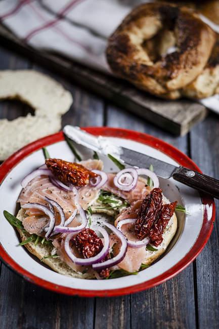 Плита украшенный бублик, домашней выпечки и нож — стоковое фото