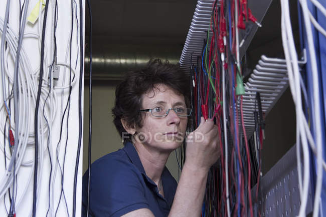 Female technician in electronics workshop — Stock Photo
