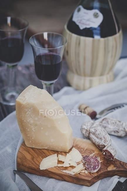 Итальянские сыры, очки и бутылка вина — стоковое фото